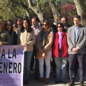 Araceli de la Calle y Esteban Paños asisten a la concentración mensual contra la violencia machista en el paseo de la Vega