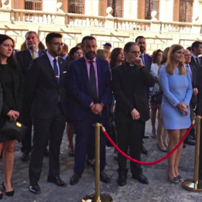 Luis Martín, Esteban Paños y Araceli de la Calle asisten al izado y homenaje a la bandera en la plaza del Ayuntamiento de Toledo