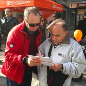Cs continúa este sábado en la Plaza Mayor con su recogida de firmas para pedir un aparcamiento gratuito en la estación del AVE