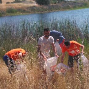 Jóvenes Cs de C-LM realizan un acto de sensibilización ambiental contribuyendo a la limpieza del embalse de Vicario en Ciudad Real