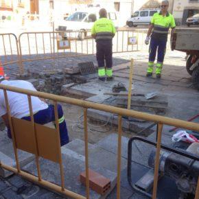 El Ayuntamiento arregla las losas de piedra de la Plaza Mayor y Obispo Valero dando cumplimiento a uno de los acuerdos con Cs