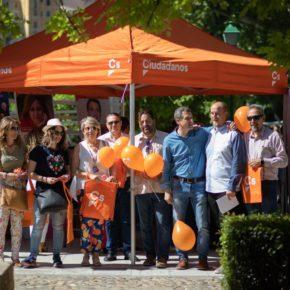 El equipo de Cs y el candidato a la Alcaldía Esteban Paños trasladan su proyecto de futuro a los vecinos de Toledo en el mercadillo de la Vega