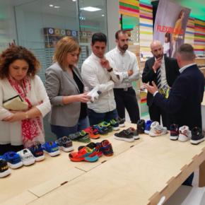 Carmen Picazo visita la fábrica de zapatos Pablosky en Fuensalida