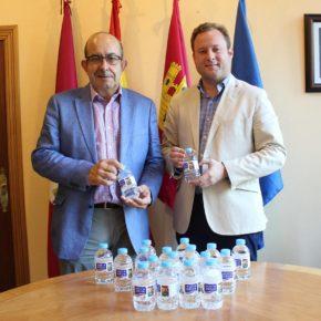 El alcalde recibe a Aquadeus, empresa que comercializará el agua oficial de la Feria 2019