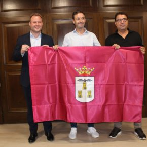 El alcalde entrega una bandera de la ciudad a Santi Denia, seleccionador que ha hecho campeona de Europa a la sub-19