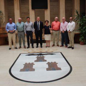 La Real Asociación Virgen de Los Llanos y Las Espigas ultiman su participación en la Feria en una reunión con el alcalde